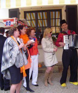 Accordeonist Nederlandstalig Repertoire Koningsdag Volendams Kostuum Luxemburg Ambassade Accordeonist Violist
