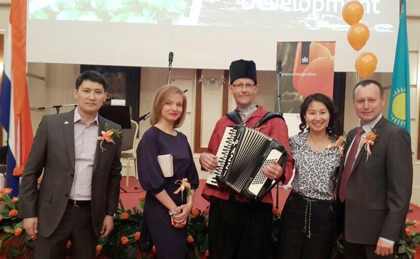 Kazachstan Nederlandse Ambassade te Astana Accordeonist Henk George Lippens muziekoptreden op Koningsdag Accordeonist Accordeonmuziek